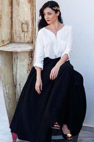 Comment porter: chemisier à manches longues blanc, jupe longue plissée noire, escarpins en daim ornés noir et doré, bandeau doré