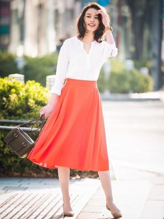 Comment porter des escarpins en daim marron clair: Marie un chemisier à manches longues blanc avec une jupe mi-longue plissée rouge pour créer un style chic et glamour. Cette tenue se complète parfaitement avec une paire de des escarpins en daim marron clair.