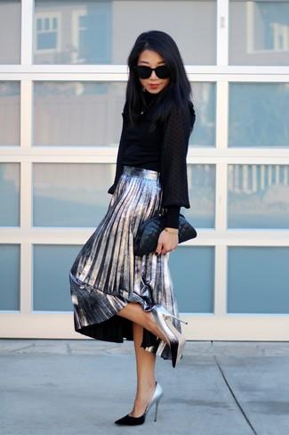 Comment porter: chemisier à manches longues noir, jupe mi-longue plissée argentée, escarpins en cuir argentés, pochette en cuir matelassée noire