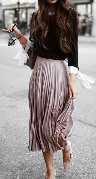 Comment porter des escarpins en daim beiges: Pense à associer un chemisier à manches longues noir et blanc avec une jupe mi-longue plissée rose pour obtenir un look relax mais stylé. Cette tenue est parfait avec une paire de des escarpins en daim beiges.