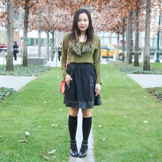 Comment porter: chemisier à manches longues olive, jupe patineuse noire, escarpins en cuir noirs, chaussettes montantes noires