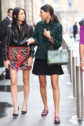 Comment porter: chemisier à manches longues en dentelle vert foncé, jupe patineuse noire, slippers en cuir bordeaux, cartable en cuir vert