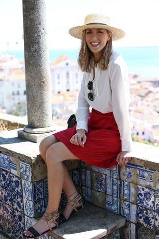 Comment porter: chemisier à manches longues blanc, jupe trapèze rouge, sandales plates en cuir noires, sac bandoulière en cuir noir