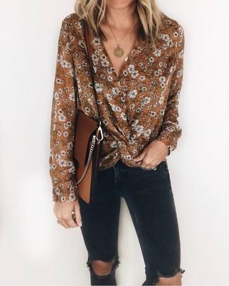 Comment porter un chemisier à manches longues à fleurs: Pour une tenue de tous les jours pleine de caractère et de personnalité pense à associer un chemisier à manches longues à fleurs avec un jean skinny déchiré noir.