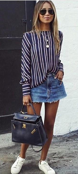 Comment porter: chemisier à manches longues à rayures verticales bleu marine et blanc, minijupe en denim bleue, baskets basses en cuir blanches, cartable en cuir noir