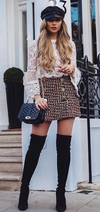 Comment porter: chemisier à manches longues en dentelle à volants blanc, minijupe en tweed bordeaux, cuissardes en daim noires, sac bandoulière en cuir matelassé noir