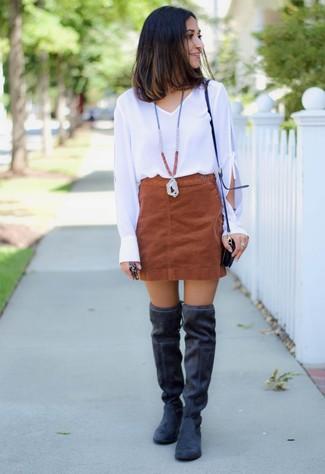 Comment porter: chemisier à manches longues blanc, minijupe en daim marron, cuissardes en daim noires, sac bandoulière en cuir noir