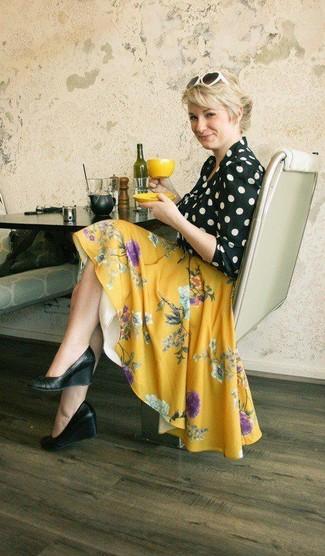Comment porter: chemisier à manches longues á pois noir et blanc, jupe patineuse à fleurs jaune, escarpins compensés en cuir noirs, lunettes de soleil blanches et noires