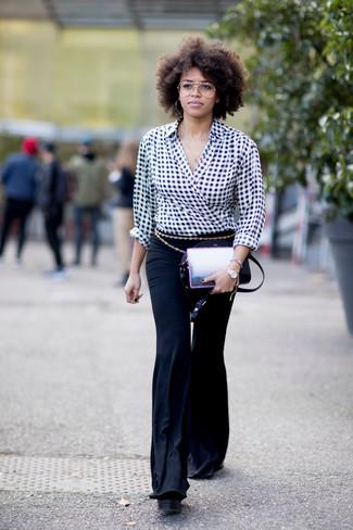 Comment porter: chemisier à manches longues en vichy noir et blanc, pantalon flare noir, sac bandoulière en cuir noir, ceinture dorée