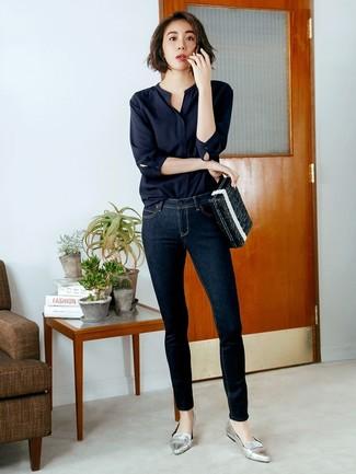 Comment porter: chemisier à manches longues noir, jean skinny bleu marine, slippers en cuir argentés