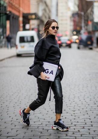 Comment porter: chemisier à manches longues noir, pantalon carotte en cuir noir, chaussures de sport noires
