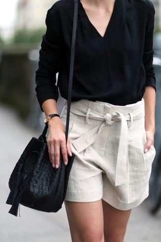 Comment porter: chemisier à manches longues noir, short en lin beige, sac bourse en cuir noir