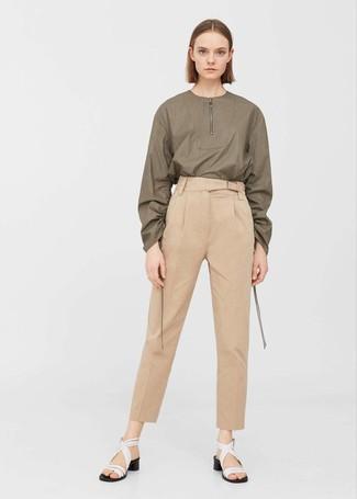 Comment porter: chemisier à manches longues olive, pantalon carotte marron clair, sandales à talons en cuir blanches