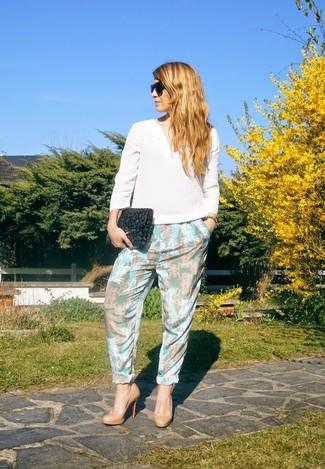 Comment porter: chemisier à manches longues en soie blanc, pantalon carotte à fleurs bleu clair, escarpins en cuir marron clair, pochette en daim imprimée léopard gris foncé