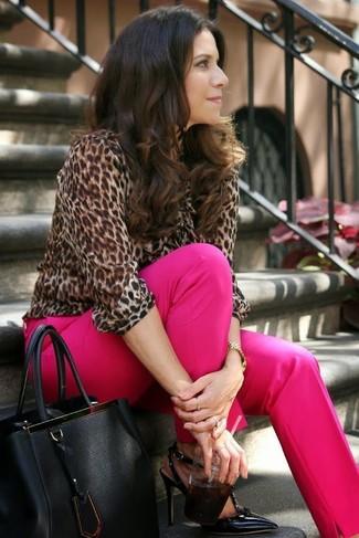 Comment porter: chemisier à manches longues imprimé léopard marron, pantalon de costume fuchsia, escarpins en cuir noirs, sac fourre-tout en cuir noir