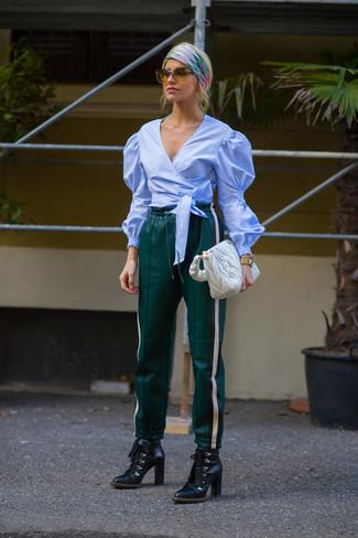 Essaie de marier un chemisier à manches longues bleu clair avec un pantalon de jogging olive pour une tenue confortable aussi composée avec goût. Transforme-toi en bête de mode et fais d'une paire de des bottines à lacets en cuir noires ton choix de souliers.