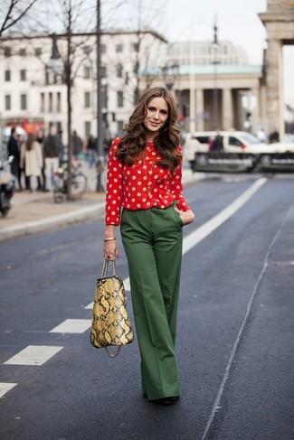 Pense à harmoniser un chemisier à manches longues á pois rouge avec un pantalon large vert foncé pour un ensemble de bureau stylé. Une paire de des escarpins en daim noirs est une option parfait pour complèter cette tenue.