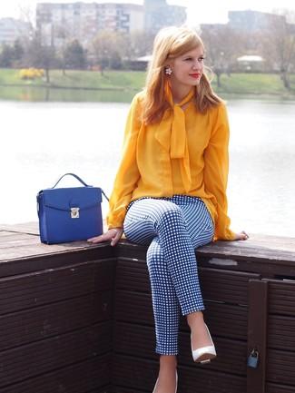 Comment porter: chemisier à manches longues jaune, pantalon slim à carreaux blanc et bleu, escarpins en cuir blancs, cartable en cuir bleu