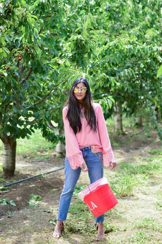 Comment porter: chemisier à manches longues rose, jean brodé bleu, sandales à talons en cuir marron clair
