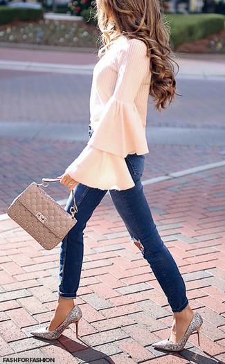 Comment porter: chemisier à manches longues à volants rose, jean skinny déchiré bleu marine, escarpins pailletés argentés, cartable en cuir matelassé beige