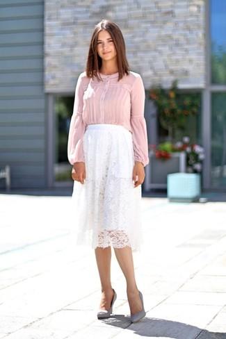 Comment porter: chemisier à manches longues rose, jupe mi-longue en dentelle plissée blanche, escarpins en daim gris