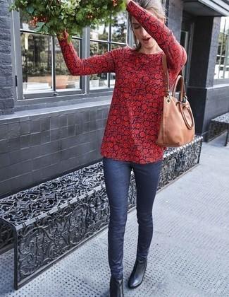 Comment porter: chemisier à manches longues à fleurs rouge et bleu marine, jean skinny bleu marine, bottines en cuir noires, sac fourre-tout en cuir marron clair
