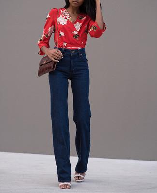 Opte pour un chemisier à manches longues à fleurs rouge avec un pantalon flare bleu marine See by Chloe pour créer un style chic et glamour. Complète ce look avec une paire de des sandales à talons en cuir blanches.