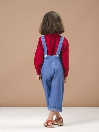 Tenue: Chemisier à manches longues rouge, Salopette bleue, Sandales rouges