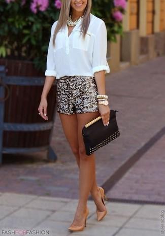 Comment porter: chemisier à manches longues blanc, short pailleté doré, escarpins en cuir marron clair, pochette en cuir à clous noire