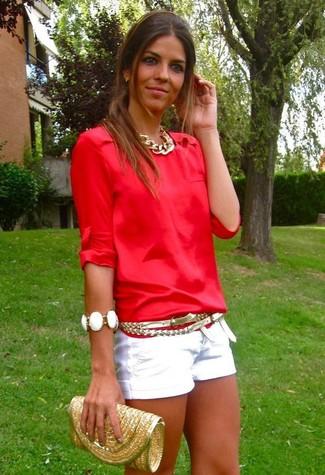 Comment porter un short blanc: Marie un chemisier à manches longues rouge avec un short blanc pour obtenir un look relax mais stylé.