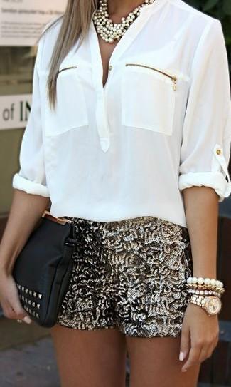 Comment porter: chemisier à manches longues blanc, short pailleté doré, pochette en cuir à clous noire, collier doré
