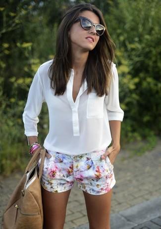 Comment porter: chemisier à manches longues blanc, short à fleurs blanc, sac fourre-tout en cuir marron clair, lunettes de soleil noires