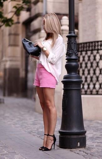 Associe un chemisier à manches longues blanc avec une pochette en cuir matelassée noire femmes Rebecca Minkoff pour prendre un verre après le travail. Cette tenue est parfait avec une paire de des sandales à talons en daim noires.