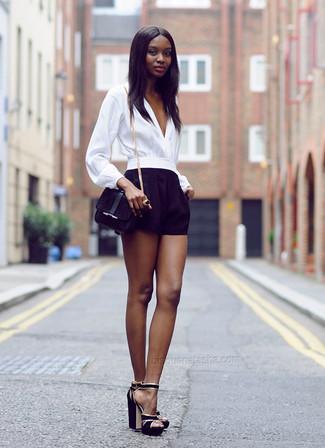 Comment porter: chemisier à manches longues blanc, short noir, sandales à talons en daim noires, sac bandoulière en daim noir
