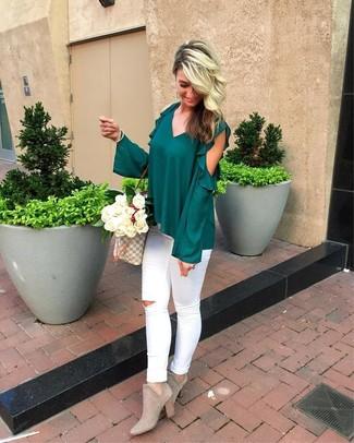 Comment porter: chemisier à manches longues à volants vert foncé, jean skinny déchiré blanc, bottines en daim grises, sac fourre-tout en toile imprimé gris