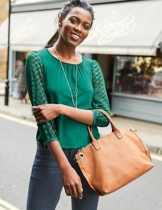 Comment porter: chemisier à manches longues vert, jean skinny gris foncé, sac fourre-tout en cuir marron clair, pendentif argenté