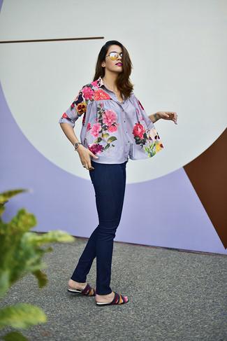 Comment porter: chemisier boutonné à fleurs gris, jean skinny bleu marine, sandales plates en cuir multicolores