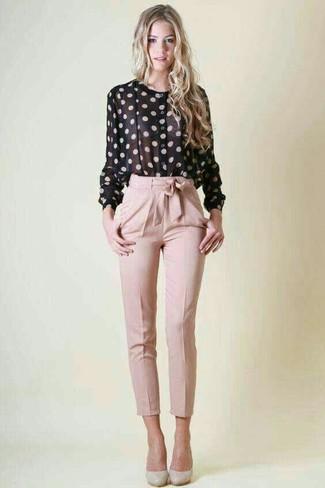 Comment porter: chemisier boutonné á pois noir et blanc, pantalon carotte rose, escarpins en cuir gris