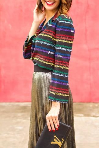 Comment porter: chemisier boutonné à rayures horizontales multicolore, jupe mi-longue plissée dorée, pochette en cuir noire