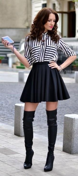 Choisis un chemisier boutonné à rayures verticales blanc et noir et une jupe patineuse noire pour une tenue raffinée mais idéale le week-end. Rehausse cet ensemble avec une paire de des cuissardes en cuir noires.