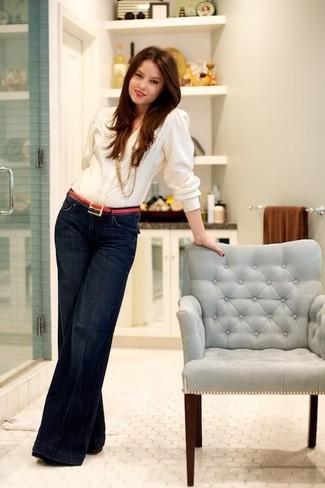 Comment porter: chemisier boutonné blanc, jean flare bleu marine, ceinture en cuir fuchsia