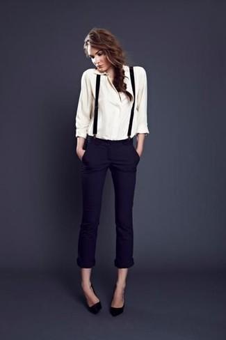 Opte pour un look sophistiqué avec un chemisier boutonné blanc et un pantalon slim bleu marine. Termine ce look avec une paire de des escarpins en cuir noirs.