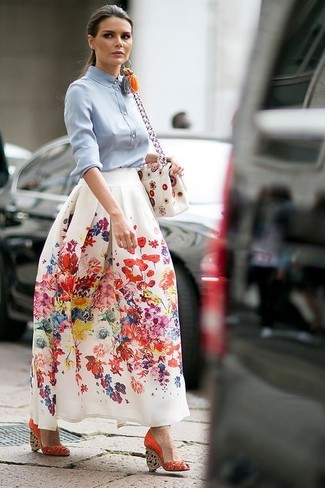 Comment porter des sandales compensées en daim rouges: Harmonise un chemisier boutonné bleu clair avec une jupe longue à fleurs blanche pour obtenir un look relax mais stylé. Complète ce look avec une paire de sandales compensées en daim rouges.
