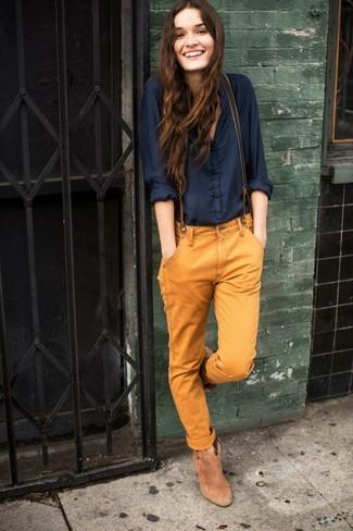 Comment porter: chemisier boutonné bleu marine, pantalon chino tabac, bottines en daim marron clair, bretelles olive