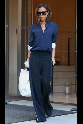 Comment porter: chemisier boutonné bleu marine, pantalon large bleu marine, lunettes de soleil noires, bracelet doré
