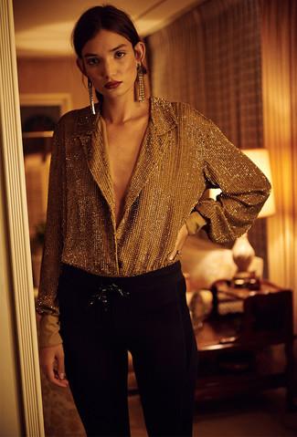 Associe un chemisier boutonné doré avec un pantalon slim noir pour créer un look chic et décontracté.