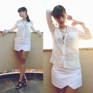 Comment porter un short blanc: Essaie d'associer un chemisier boutonné en lin blanc avec un short blanc pour une tenue idéale le week-end. Une paire de des sandales à talons en cuir noires est une option génial pour complèter cette tenue.