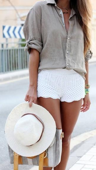 Comment porter: chemisier boutonné gris, short en crochet blanc, sac fourre-tout en cuir imprimé serpent gris, chapeau blanc