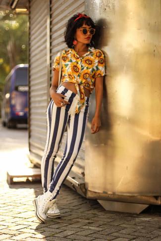 Comment porter: chemisier boutonné à fleurs jaune, jean skinny à rayures verticales blanc et bleu marine, baskets montantes blanches, bandeau rouge