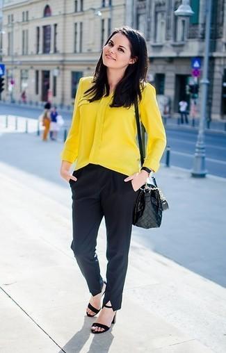 Comment porter: chemisier boutonné jaune, pantalon de costume noir, sandales à talons en daim noires, sac bandoulière en cuir matelassé noir